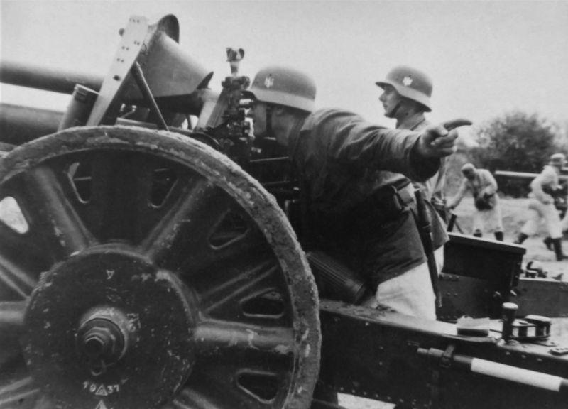 Учебное занятие расчетов немецких 105-мм легких полевых гаубиц. 1939 г.