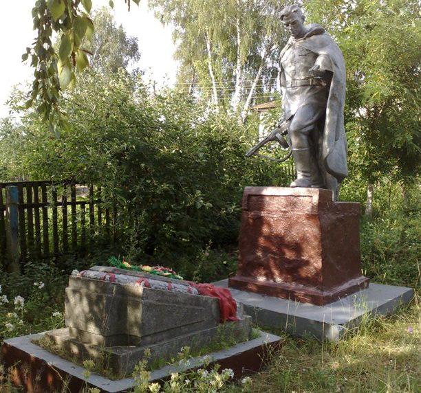 с. Горки Новгород-Северского р-на. Памятник, установленный на братской могиле, в которой похоронено 7 советских воинов, которые погибли при освобождении села в сентябре 1943 года.