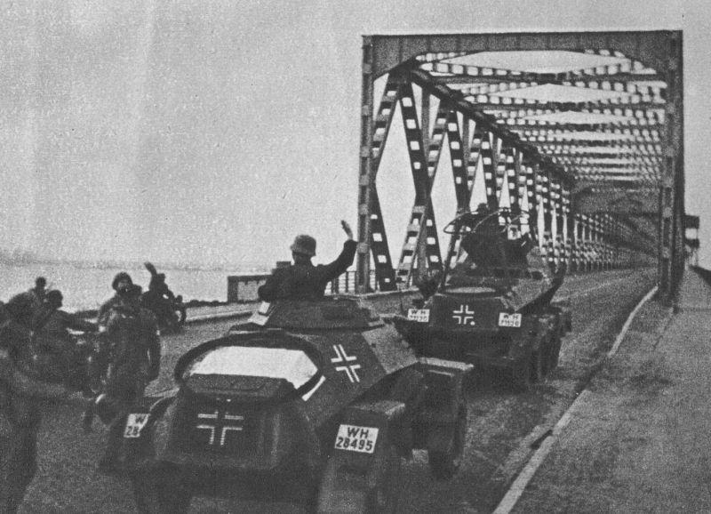 Легкий бронеавтомобиль Sd.Kfz.221 и тяжелый бронеавтомобиль связи Sd. Kfz. 232 на мосту Мурдейк. Бельгия, май 1940 г.