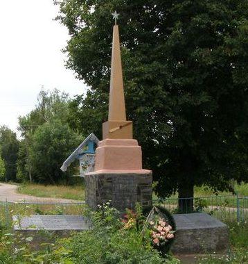 с. Великие Осняки Репкинского р-на. Братская могила погибших советских воинов и памятный знак погибшим односельчанам.