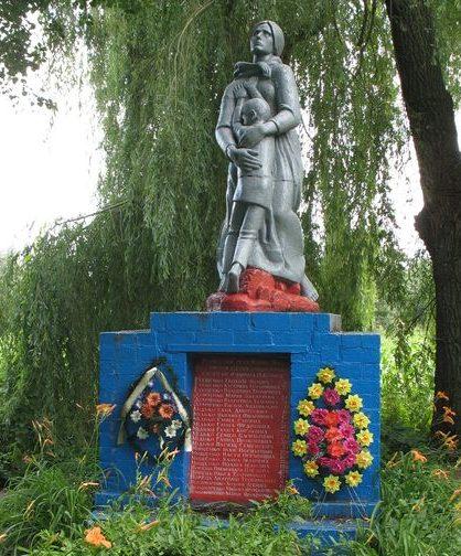 с. Великое Устье Сосницкого р-на. Памятник, установленный на братской могиле мирных жителей, сожженных оккупантами 4 февраля 1943 года.