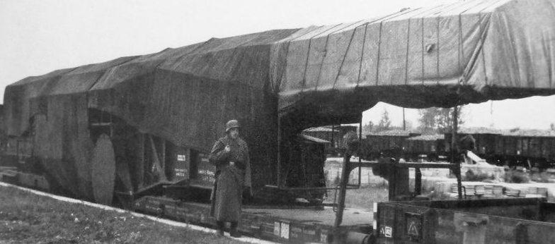 Часовой у железнодорожного орудия вблизи французской границы. Март 1940 г.