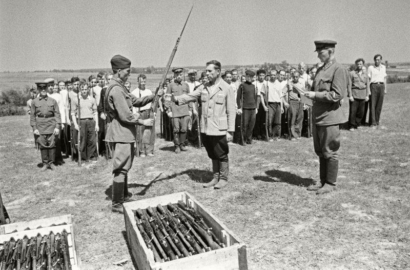 Выдача оружия ополченцам. 1941 г.