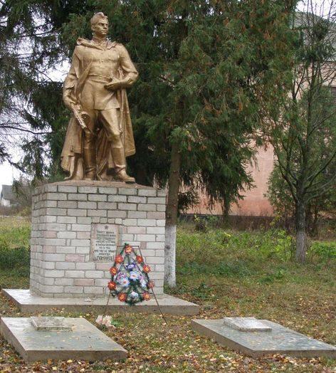 с. Вершинова Муравейка Куликовского р-на. Памятник на территории школы, установленный в 1957 году на братской могиле, в которой похоронено 40 советских воинов, в т.ч. 27 неизвестных, павших при освобождении села.
