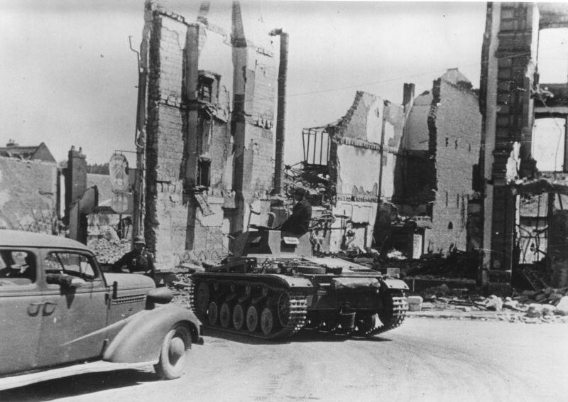 Танк Pz.Kpfw. II Ausf. B на улице города Бретёй. Июнь 1940 г.