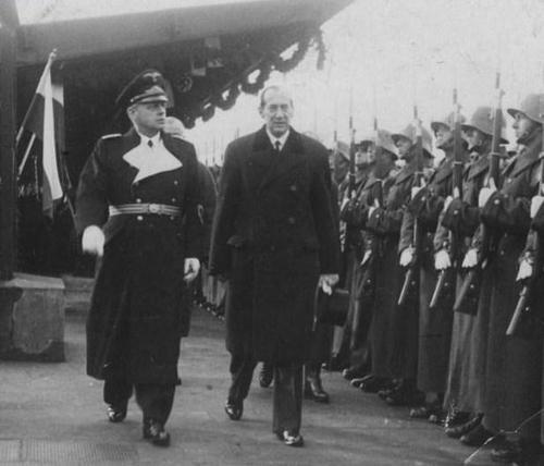 Иоахим фон Риббентроп с министром иностранных дел Польши Юзефом Беком и польскими войсками в немецких касках, которые использовались специально для этого случая. Варшава, январь 1939 г.