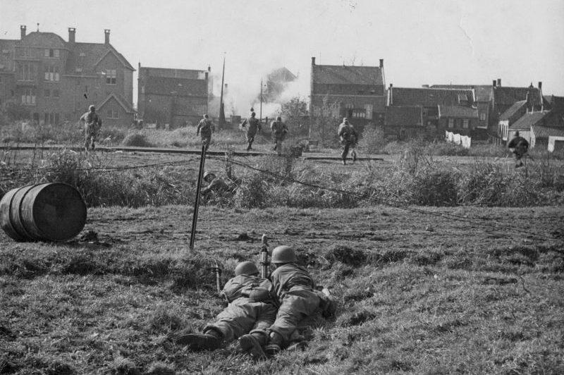 Немецкие парашютисты с 50-мм минометом во время вторжения в Нидерланды. Май 1940 г.