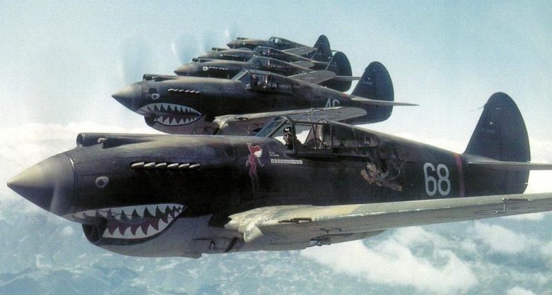 Самолеты группы «Летающие тигры» в воздухе. Китай, 1941 г.