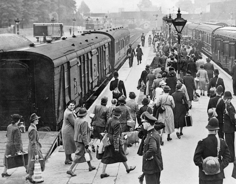 Женщины на станции в Лондоне отправляются в лагерь для интернированных. 1940 г.