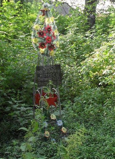 с. Горки Новгород-Северского р-на. Братская могила 3-х моряков Днепровского отряда Пинской военной флотилии, погибших в августе 1941 года.
