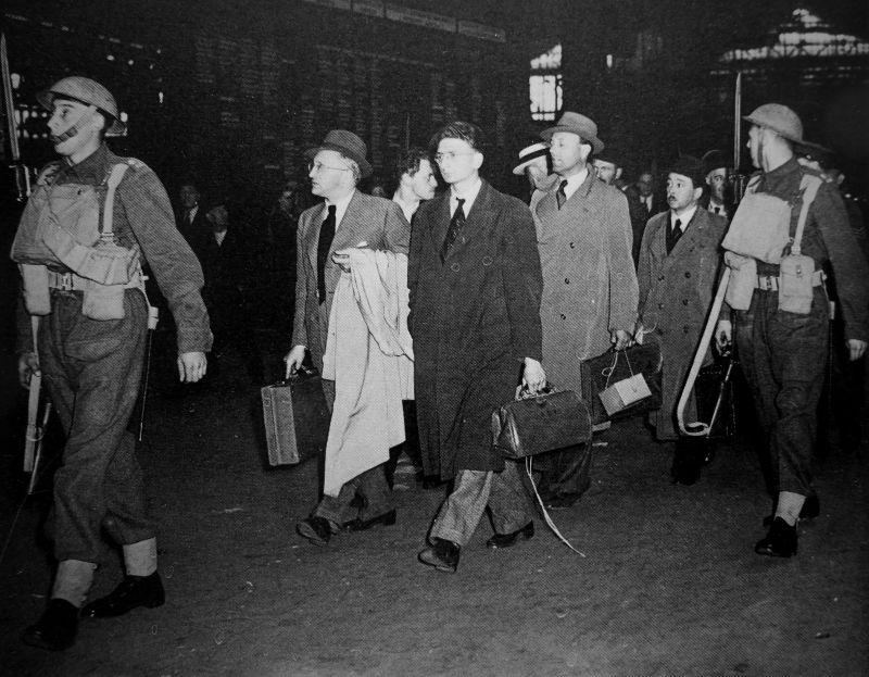 Депортация «граждан враждебных государств» из Лондона в лагерь для интернированных. 1940 г.