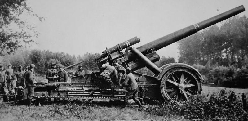 Расчет 210-мм тяжелой мортиры ведет огонь по французским укреплениям. Май 1940 г.