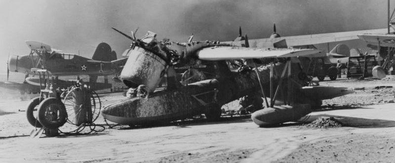 Разбитый гидросамолет OS2U «Кингфишер» на базе гидроавиации на острове Форд в Перл-Харборе. Декабрь 1941 г.