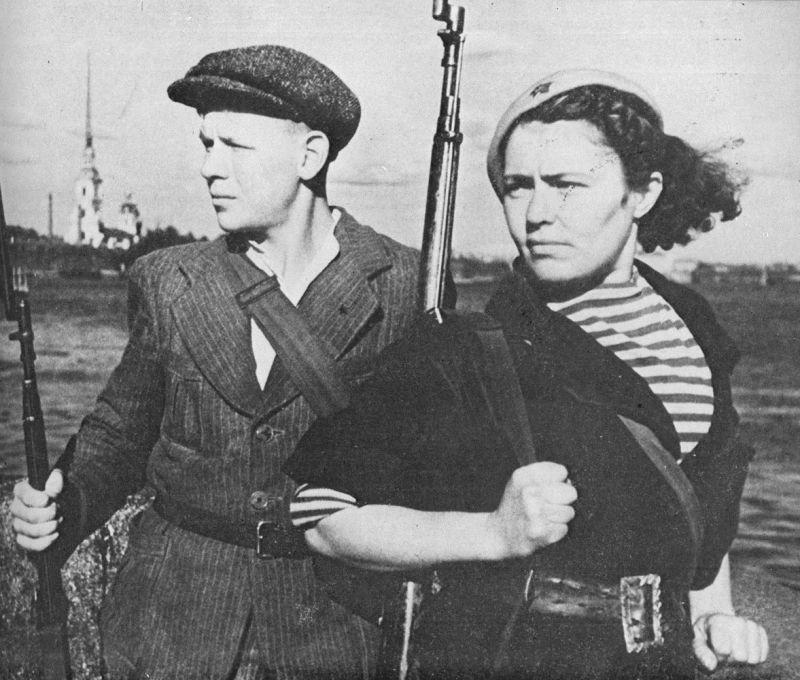 Бойцы Всевобуча Георгий Шкотин и А. Циглер на берегу Невы. 1941 г.