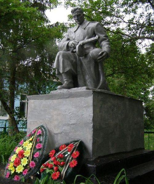 с. Выбли Куликовского р-на. Памятник, установленный на братской могиле, в которой захоронено 58 советских воинов, в т.ч. 41 неизвестный, погибших в боях за село в 1941 и 1943 годах.