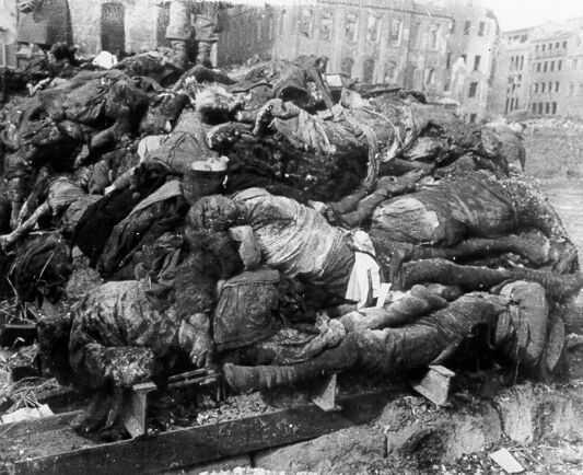 Сложенные для сжигания тела жителей Дрездена на площади Альтмаркт.
