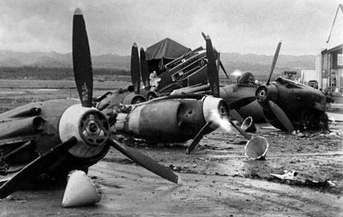 Обломки самолетов, разбомбленных японцами во время атаки на Перл-Харбор. Декабрь 1941 г.