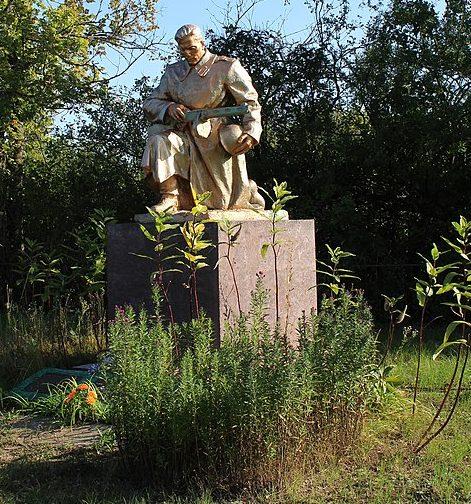 с. Вербичи Репкинского р-на. Памятник, установленный в 1963 году на братской могиле, в которой похоронено 15 воинов, павших при освобождении села.