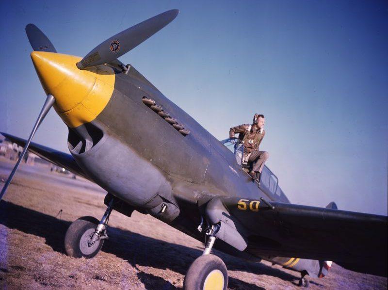Капитан Чарльз Старк младший из 35-й истребительной эскадрильи «Черная пантера» в кабине истребителя Р-40 «Вархаук». 1941 г.