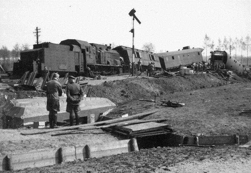 Бронепоезд №1, сошедший с рельс после подрыва железнодорожного полотна. Май 1941 г.