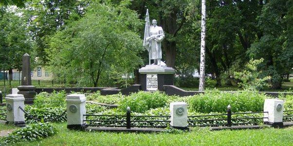 п. Сосница. Памятник, установленный на братской могиле воинов, погибших при освобождении поселка в сентябре 1943 года.