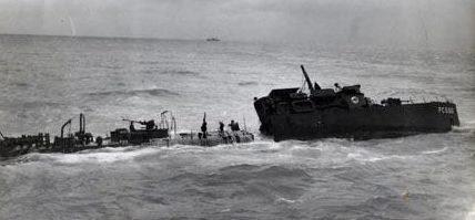 Патрульный катер береговой охраны поврежден и разбит в южной части Тихого океана. 1942 г.
