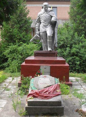 с. Дегтярёвка Новгород-Северского р-на. Памятник, установленный в 1952 году на братской могиле, в которой похоронено 27 советских воинов, погибших при освобождении села в сентябре 1943 года.