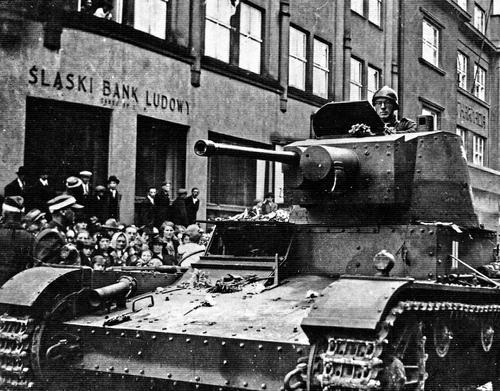 Легкий танк Войска Польского 7ТР на улице Варшавы 1939 г.