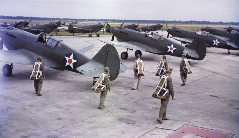 Пилоты у истребителей Р-40 «Вархаук» на аэродроме. 1941 г.