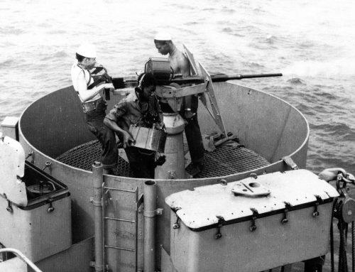 Расчет 20-мм зенитной пушки на борту катера в Северной Атлантике. 1942 г.