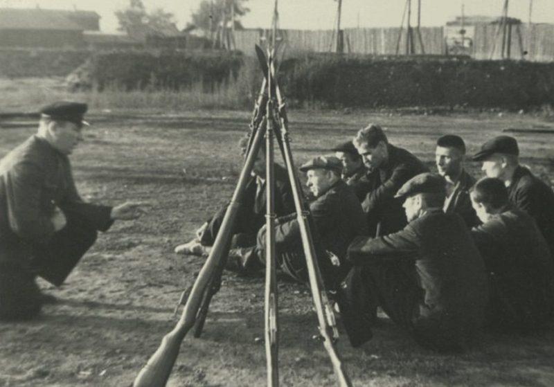 Военные занятия на заводе. Ленинград, август 1941 г.