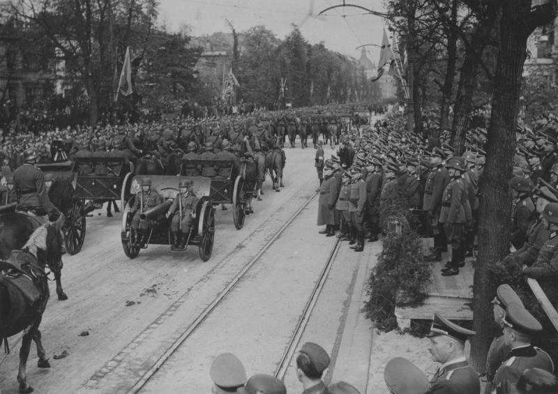 Артиллеристы на параде по случаю 1-й годовщины капитуляции польских войск 6 октября 1940 года. Октябрь 1940 г.