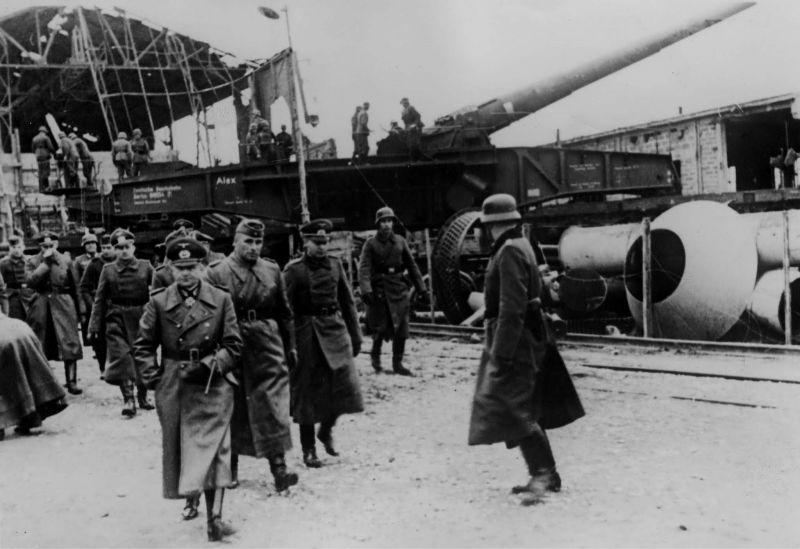 Фельдмаршал Вальтер фон Браухич у 280-мм железнодорожного орудия Krupp К5. Декабрь 1940 г.