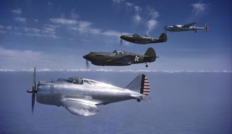 Звено истребителей в полете. Слева направо: YP-43 «Лэнсер», P-40 «Вархаук», P-39 «Аэрокобра», P-38 «Лайтнинг». 1941 г.
