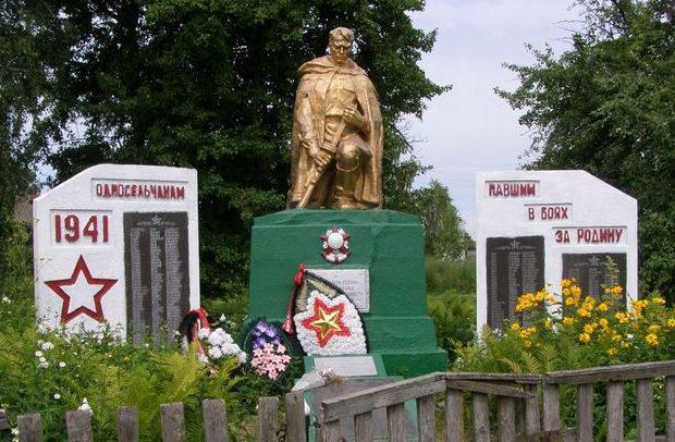 с. Вишневое Репкинского р-на. Братская могила воинов, погибших при освобождении села и памятный знак односельчанам, не вернувшимся с войны.