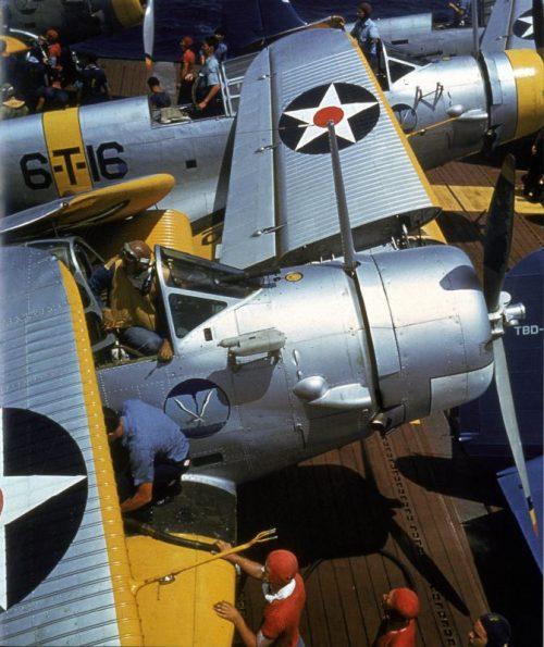 Торпедоносцы Дуглас TBD-1 на палубе американского авианосца «Энтерпрайз» у Мидуэя. 1941 г.