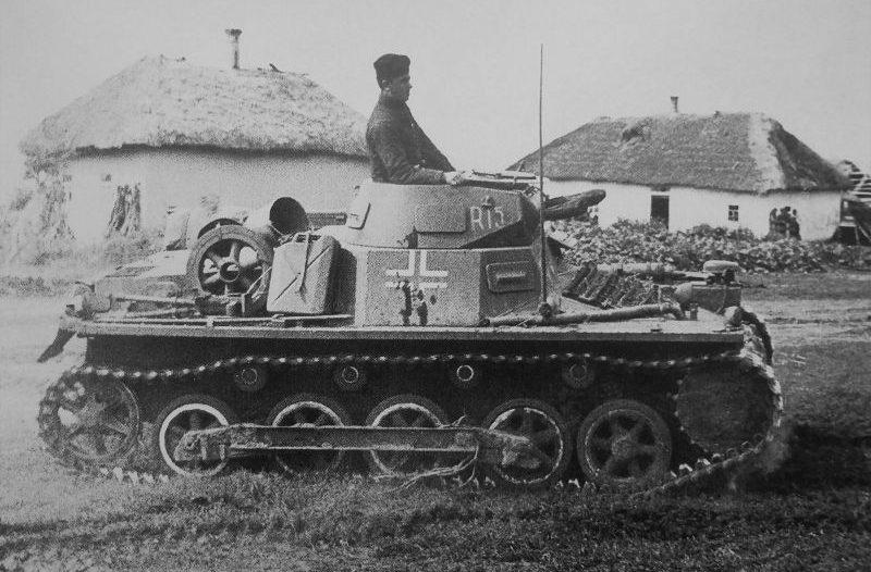 Танк Pz.Kpfw. I Ausf. B на улице украинской деревни. Июль 1941 г.