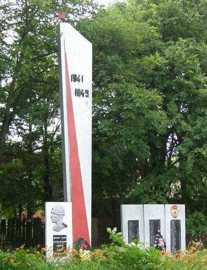 с. Воробьев Репкинского р-на. Памятник погибшим односельчанам, установленный в 1969 году.