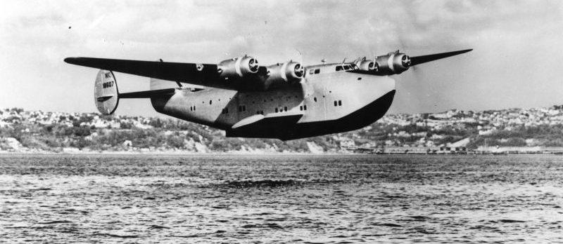 Гидросамолет Боинг 314A заходит на посадку на Бермудах. 1941 г.
