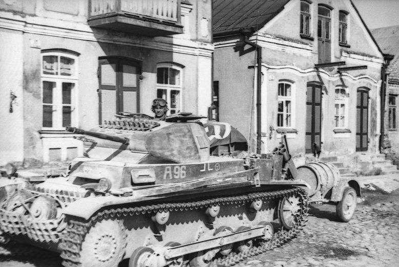 Танк Pz.Kpfw. II Ausf. B на улице советского города. Июль 1941 г.