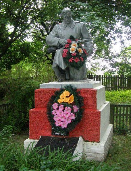 с. Воробьев Репкинского р-на. Памятник, установленный в 1957 году на братской могиле воинов, погибших при освобождении села и умерших от ран в госпитале.