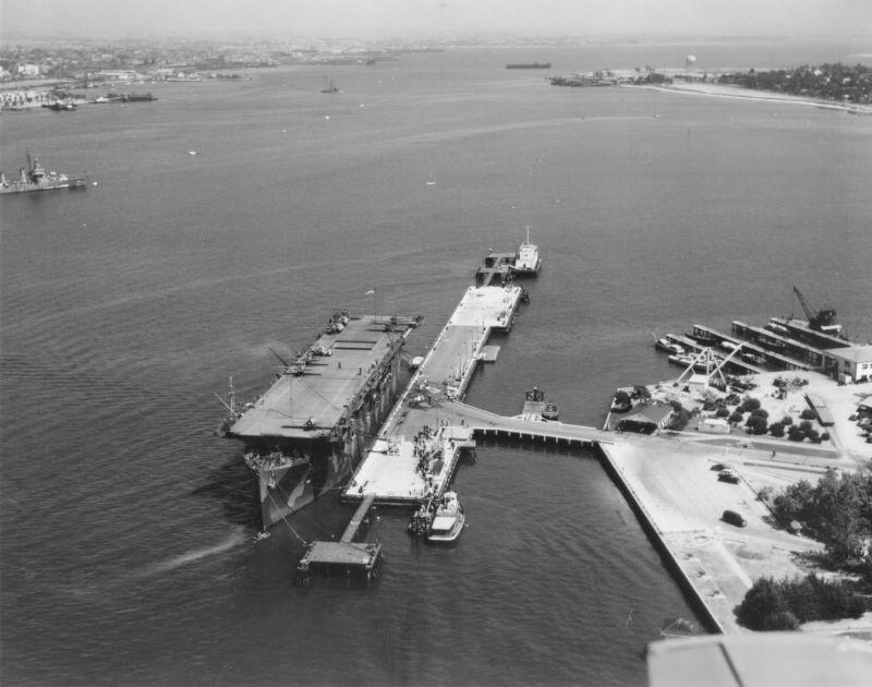 Эскортный авианосец «Лонг-Айленд» на базе морской авиации в Сан Диего. Июнь 1942 г.