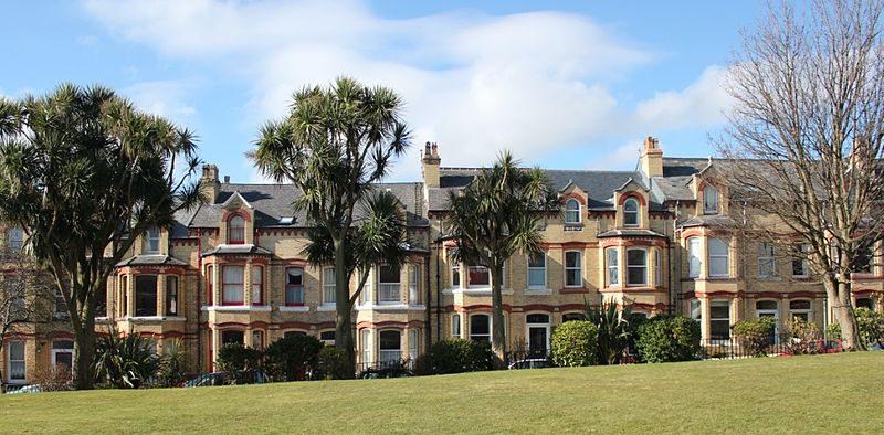 Дома на южной стороне Хатчинсон-сквера, в которых размещались интернированные.