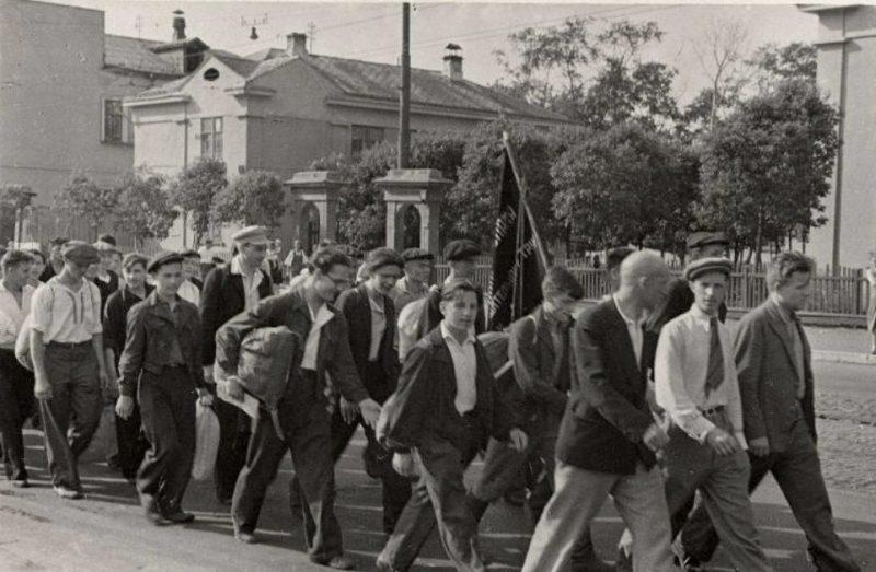 Ополченцы Московского инструментального завода идут на сборный пункт. 6 июля 1941 г.