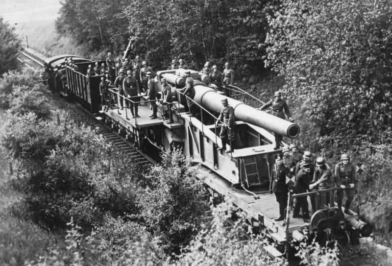 280-мм железнодорожное орудие вермахта «Тяжелый Бруно» на железнодорожной ветке в лесном массиве. 1940 г.
