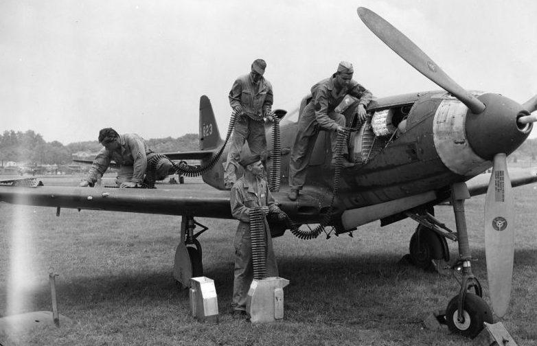 Наземный технический персонал загружает боекомплект на истребитель P-39 «Аэрокобра». Июль 1942 г.