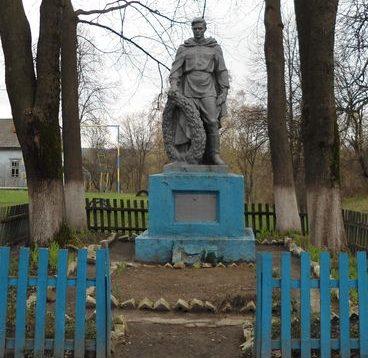 с. Хлопяники Сосницкого р-на. Братская могила у школы воинов, погибших в боях за село.