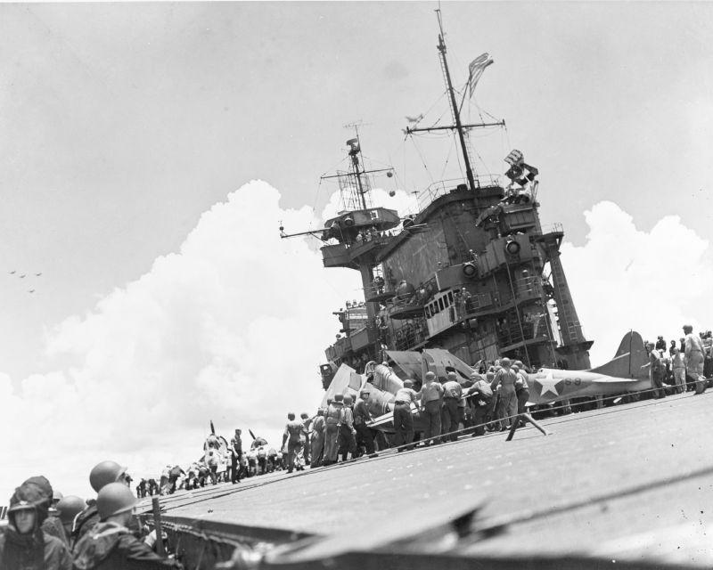 Технический персонал авианосца США «Энтерпрайз» готовит к взлету истребитель Грумман F4F-4 «Уайлдкэт» во время сражения у острова Санта-Крус. Октябрь 1942 г.