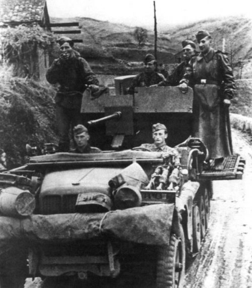 Немецкая ЗСУ Sz.Kfz.10/4 на дороге в окрестностях Ялты. Осень 1941 г.