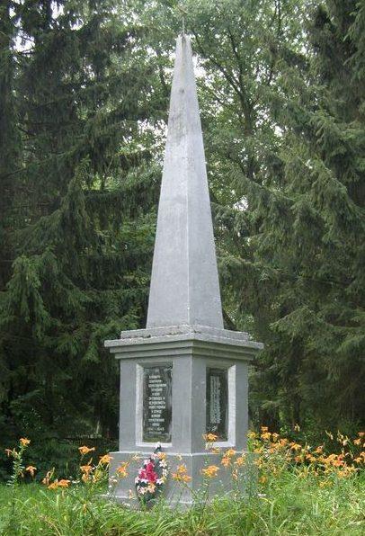 с. Галков Репкинского р-на. Обелиск погибшим односельчанам, установленный в 1967 году.